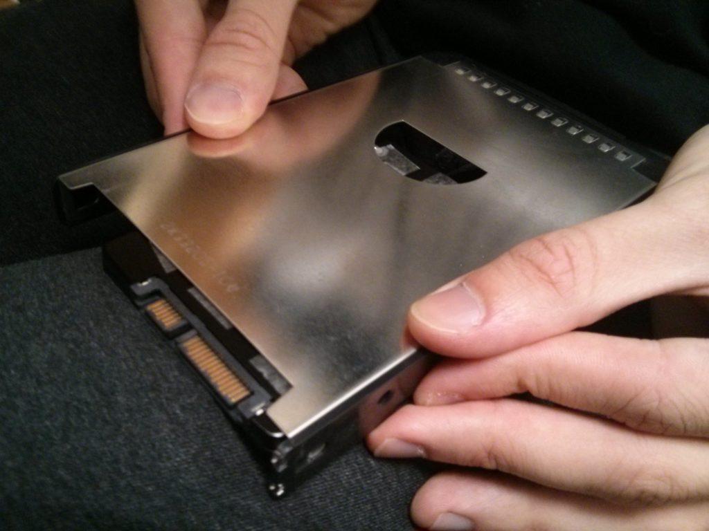 Zweiseitiges Klebeband hält die SSD an der richtigen Stelle im Caddy