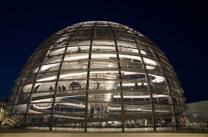 (CC) BY SA Barry Plane https://en.wikipedia.org/wiki/File:Reichstag_Dome_at_night.jpg